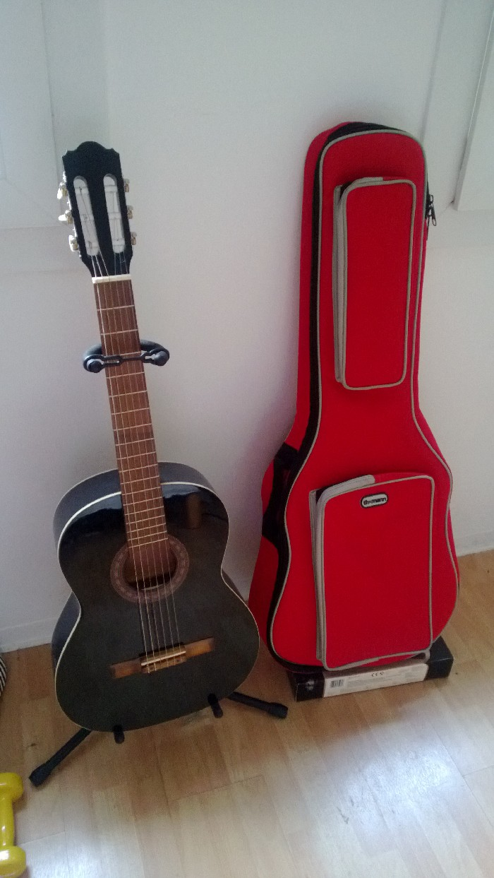 guitare classique 4 4 vendre. Black Bedroom Furniture Sets. Home Design Ideas